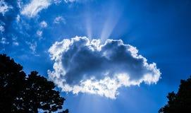 Strahlen des Sonnenlichts aus der Wolke heraus stockfoto
