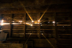 Strahlen des Sonnenlichts in der Scheune Stockbilder
