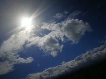 Strahlen des Sonnenlichts an der Tageszeit lizenzfreie stockfotos