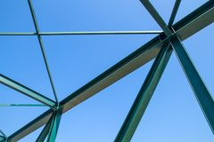 Strahlen des Stahlbrückenbaus auf dem blauer Himmel backgroun Stockfotografie