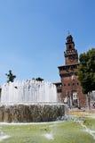 Strahlen des Wassers von einem Brunnen und von einem Schloss Lizenzfreies Stockfoto