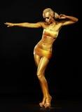Strahlen. Fantasie. Goldene Frau, die im Nachtclub durchführt. Lichter Lizenzfreies Stockbild