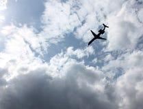 Strahlen-Flugzeug-Flugwesen in Richtung zur dunklen Wolke lizenzfreies stockbild