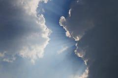 Strahlen hinter Wolken 1 Stockfotos