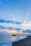 Strahlen vom Sonnenuntergang über dem Pier Stockfoto