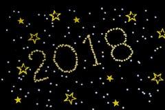 Strahlendes Gold Abbildung 2018, neues Jahr mit Funkelnsternen auf dunklem Hintergrund Weihnachten und Feier des neuen Jahres Stockfotografie