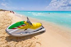 Strahlenski auf dem karibischen Strand stockfotografie