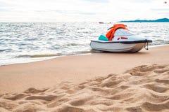 Strahlenski auf dem Strand Stockfotografie