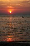 Strahlenskifahren am Sonnenuntergang Lizenzfreies Stockfoto