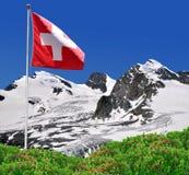 Strahlhorn, Rimpfisc hhorn και Allalinhorn με την ελβετική σημαία Στοκ Φωτογραφία