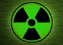 Strahlungszeichen auf einer Wand. Lizenzfreies Stockfoto