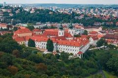 Strahov修道院鸟瞰图从Petrin小山的 免版税库存图片