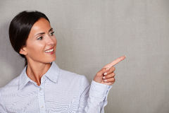 Straight hair businesswoman pointing to her left Royalty Free Stock Photography