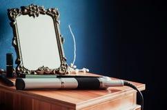 Straightner μπροστά από τον παλαιό καθρέφτη Στοκ φωτογραφίες με δικαίωμα ελεύθερης χρήσης