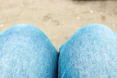 Strakke Knie Blauw Jean Royalty-vrije Stock Afbeeldingen