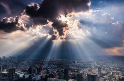 Stralen die van licht door donkere wolken glanzen Stock Fotografie