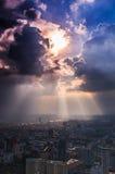 Stralen die van licht door donkere wolken glanzen Royalty-vrije Stock Fotografie