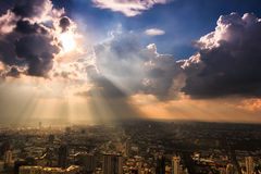 Stralen die van licht door donkere wolken glanzen Royalty-vrije Stock Foto's