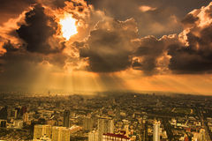 Stralen die van licht door donkere wolken glanzen Stock Afbeeldingen