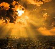 Stralen die van licht door donkere wolken glanzen Royalty-vrije Stock Afbeelding