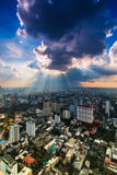 Stralen die van licht door donkere wolken glanzen Stock Foto