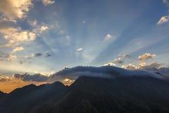 Stralen die van licht door donkere wolken glanzen Royalty-vrije Stock Foto