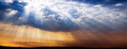 Stralen die van licht in stad, dramatische zonsondergang glanzen Royalty-vrije Stock Afbeelding
