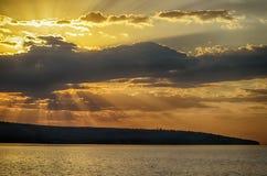 Stralen die van zon door de wolken glanzen Stock Foto