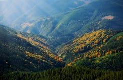 Stralen over de bergen stock afbeelding