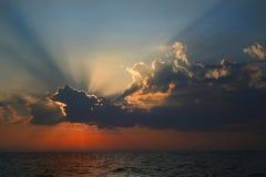 Stralen van de zon boven het overzees. stock foto