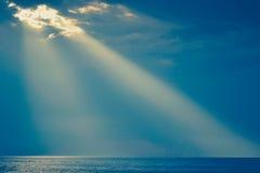 Stralen van de zon, waterspiegel op hemelachtergrond Stock Afbeeldingen