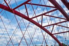 Stralen van een rood overspannen brugclose-up tegen een blauwe hemel textuur van het rooster van de delen van de staalbrug bebouw stock afbeeldingen