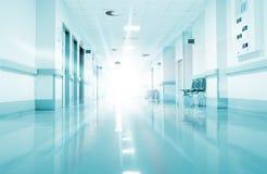 Stralen van licht in de gang van het ziekenhuis Stock Afbeelding