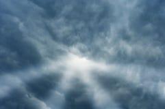 Stralen van licht in donkere hemel Stock Afbeelding