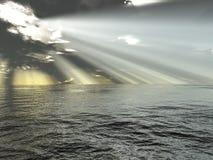 Stralen van licht en oceaan Stock Afbeelding