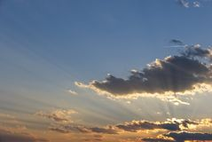 Stralen van licht over wolken royalty-vrije stock afbeeldingen