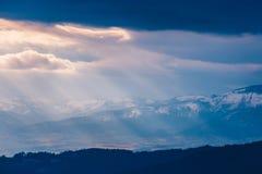Stralen van lichte pas door de wolken royalty-vrije stock foto's