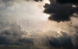 Stralen van Zon door de wolken Stock Afbeeldingen