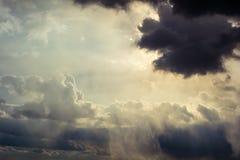 Stralen van Zon door de wolken Royalty-vrije Stock Afbeeldingen