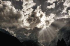 Stralen van Zon over de bergen Royalty-vrije Stock Afbeelding