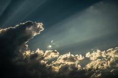 Stralen van zonneschijnonderbrekingen door de donkere wolken Royalty-vrije Stock Afbeelding