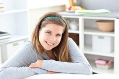 Stralend meisje dat bij de camera glimlacht royalty-vrije stock afbeelding
