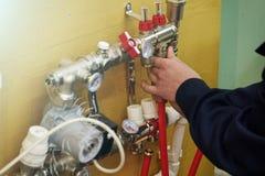 Stralend Vloer het Verwarmen Installatie Verwarmingssysteem De mens installeert water het verwarmen vloerbouw onder de vloer royalty-vrije stock afbeelding