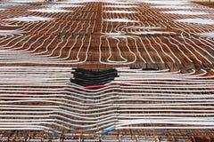 Stralend vloer verwarmingssysteem die bij bouwconstructieplaats worden geïnstalleerd met dicht gelegde plastic waterpijpen boveno stock fotografie