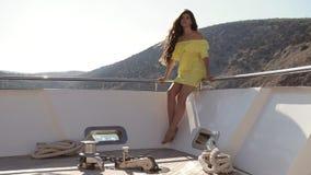 Stralende glimlach van een mooi meisje op de boog van jacht in het overzees in langzame motie stock footage