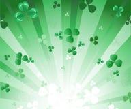 Stralende groene achtergrond met klaver Stock Illustratie
