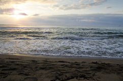 Stralende overzeese strandzonsopgang Royalty-vrije Stock Fotografie