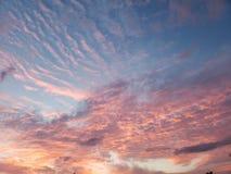 Stralende roze en blauwe hemel stock afbeelding