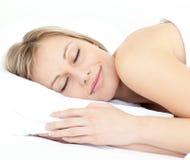 Stralende vrouwenslaap op haar bed Stock Foto