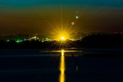 Stralende zonsondergang over het meer Royalty-vrije Stock Foto